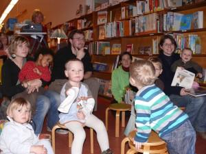 Kinder und Eltern beim Bilderbuchkino